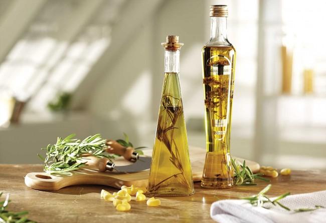 Дома можно держать отдельную бутыль с ароматизированным уксусом специально для протирания поверхностей, где замечена моль. Ароматизировать его можно мятой, розмарином, можжевельником, лавандой и т.д.