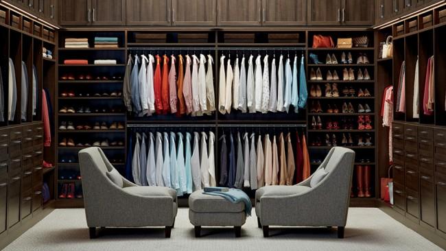 Проветривайте гардеробные комнаты и платяные шкафы почаще. Также периодически освежайте гардероб солнечными ваннами