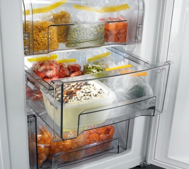 Хороший способ избавиться от моли в пищевых продуктах - положить их в морозильную камеру холодильника на 1 неделю. Так же можно поступать и с предметами одежды