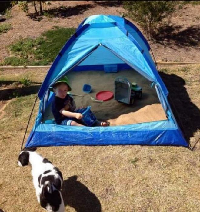 Песочница в палатке.