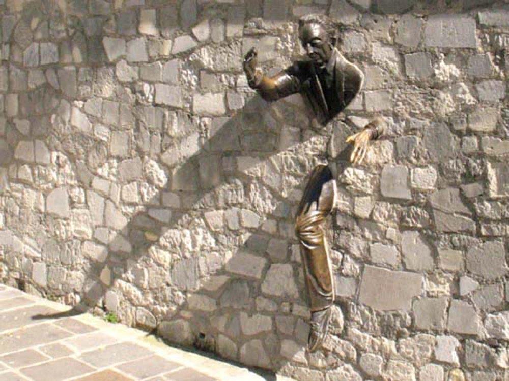 памятник человеку в стене