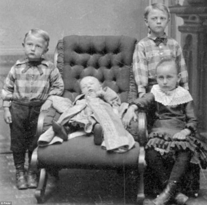 Сестра и братья рядом с умершим ребёнком выглядят весьма испуганными.