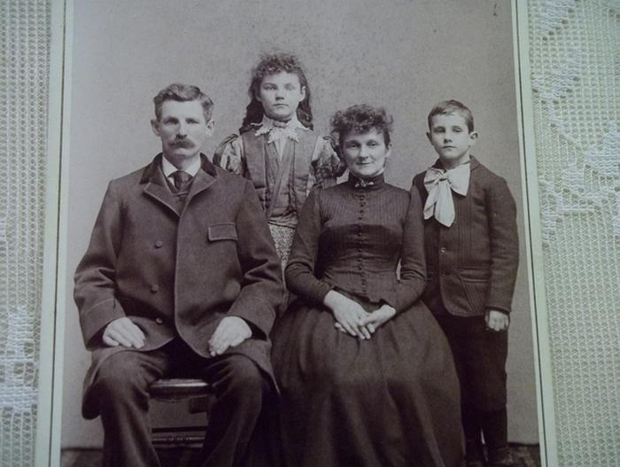 Семья кажется вполне счастливой, но с девочкой что-то явно не так.