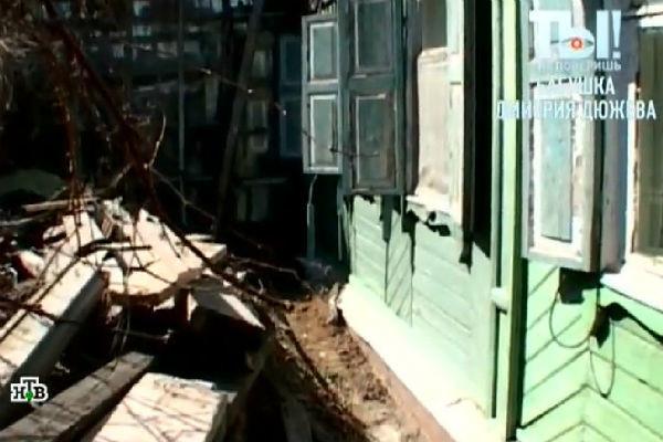 Бабушка Дюжева не в силах привести участок вокруг дома в порядок